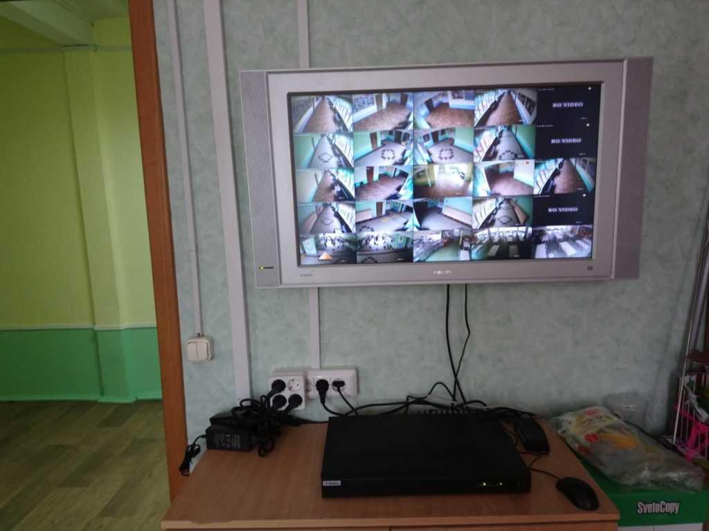 Монитор видеонаблюдения в школе