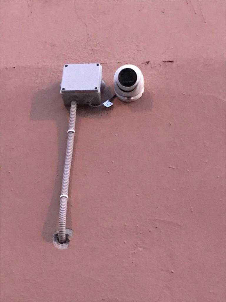 Наружный монтаж камеры в офисе